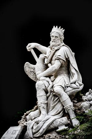 PALERMO, ITALIA - 9 OTTOBRE 2017: Statua nera del fondo della statua famosa del dio della città di Palermo con le insegne Archivio Fotografico - 87689930