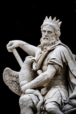 PALERMO, ITALIA - 9 OTTOBRE 2017: Genius isolato del dio della città di Palermo in Sicilia, Italia su fondo nero Archivio Fotografico - 87689932