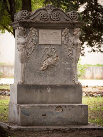 PALERMO, ITALIA - 9 OTTOBRE 2017: Lapide in un parco di Palermo, Italia Archivio Fotografico - 87689937