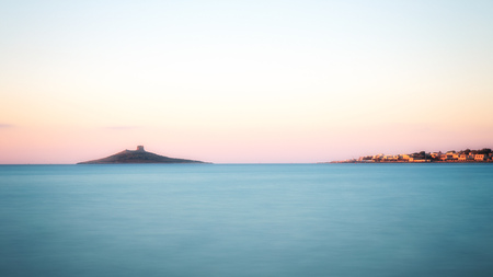 Weinig eiland in de zee, zachte blauwe zee
