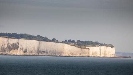 Witte kliffen van Dover in de ochtenduren, verlicht door zonlicht
