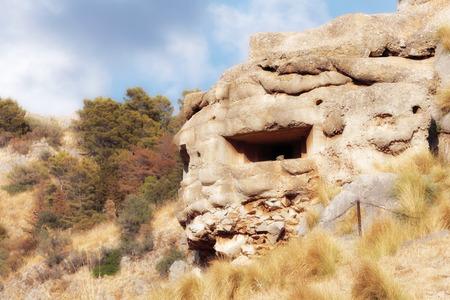 Vecchio bunker sulla Sicilia in autunno in anticipo. Paesaggio d'oro di settembre. Facendo un'escursione sull'isola. Struttura in pietra Archivio Fotografico - 88060936