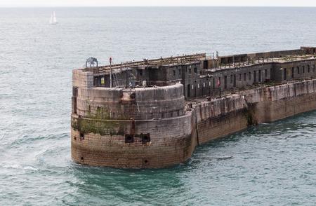 Porto di Dover in Inghilterra, architettura di pietra sulla costa Archivio Fotografico - 88060996