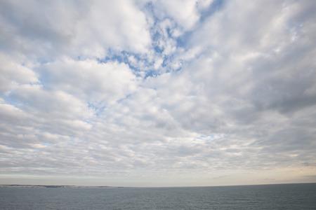 Wolken op zee voor Dover, Engeland