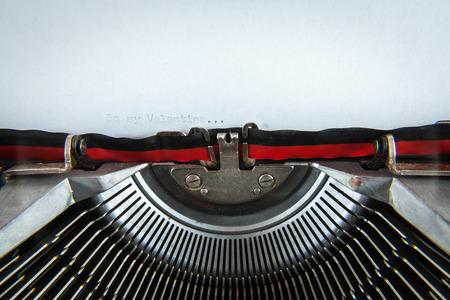 """오래된 쓰기 기계에 타이프 된 문장 """"내 발렌타인이 되라."""""""