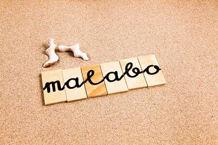 木製コンテナー コンテナー コンテナー太陽とビーチの観光地マラボの破片から形成された言葉 写真素材