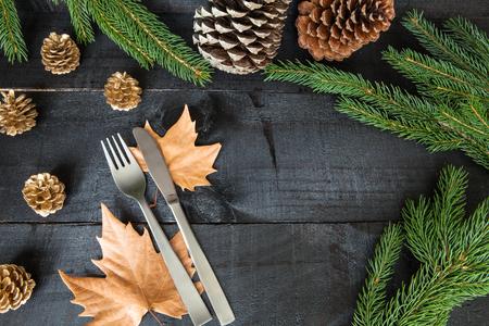 thanksgiving day symbol: Composizione di posate su sfondo in legno per un decorativo rami secchi e arance, frutta e foglie dolore per cene informali o feste di famiglia in autunno stagione invernale Archivio Fotografico