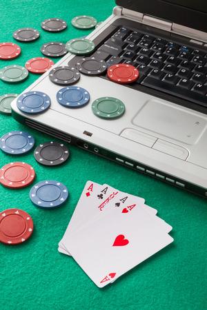 Immagine riferita a giochi classici e casinò online su uno sfondo verde dal punto di vista di un giocatore