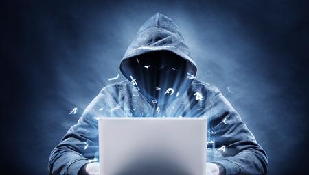 Hacker op een computer Stockfoto - 32010767
