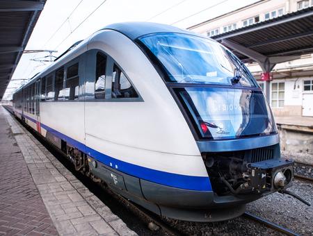 treno espresso: treno su una stazione ferroviaria