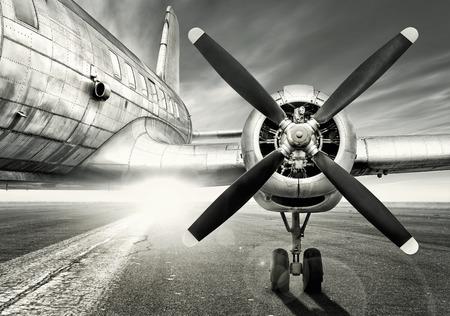 歴史的な航空機は滑走路