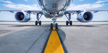 Flugzeug wartet auf Start Standard-Bild - 103529681