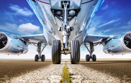 Vliegtuigen op een startbaan wachten op start