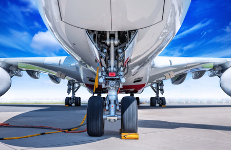 Fahrwerk eines modernen Verkehrsflugzeugs Standard-Bild - 100866851