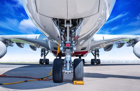 Tren de aterrizaje de un avión de pasajeros moderno