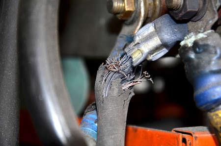 Close-up de um cilindro de gás do metal com um redutor e um sensor da pressão na oficina industrial do fundo. Feche acima da ideia do foco do equipamento de soldadura. Tanque de cilindro de gás de acetileno com manómetros de reguladores de calibre na oficina de tecidos industriais.