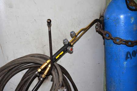 Gros plan d & # 39 ; un cylindre de gaz de métal avec un voltmètre et un traitement de pression dans le fond artistique industrielle Banque d'images - 93653683