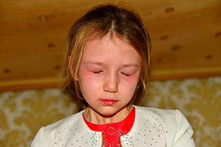 Close-upportret van een emotionele jongen in een slecht humeur. Stockfoto