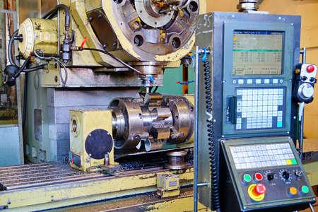CNC 밀링 머신 클로즈업에서 기어 제조. 스톡 콘텐츠