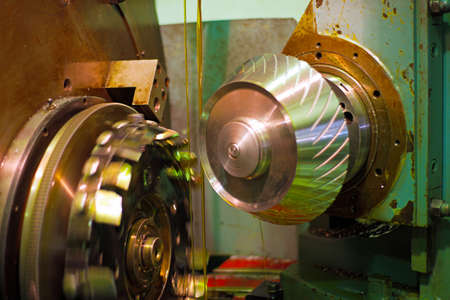 The cutter regulates metal and oil flows from the logs for cooling and lubrication. The industry of metalworking by cutting, gear cutting of parts and gears.