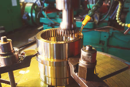 Gear cutter. Cutting the tooth on the tooth with a slotting machine with oil cooling. Metal-working industry