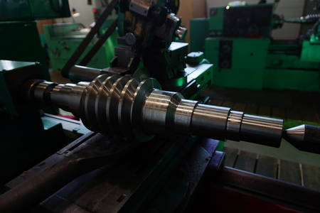 Grinding of the worm shaft on the backing machine. Industrial industry manufacturing gear shafts. 版權商用圖片 - 113822146
