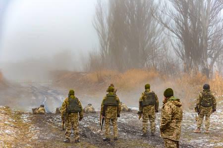 Les soldats sont de jeunes étudiants, ils tirent sur des cibles situées sur le champ de tir, d'autres sont debout dans un gilet pare-balles et attendent leur tour.
