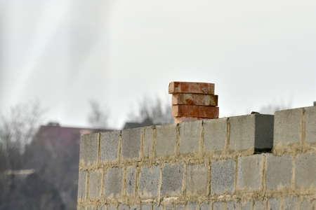 Schlackenstein und roter Backstein an der Wand und im Hochbau.