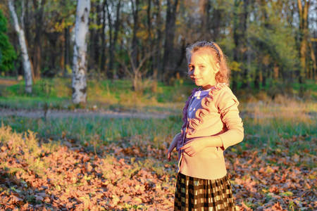 Beautiful and young girl posing in the autumn park. Stockfoto