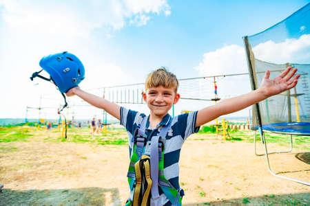 Vrolijke jongen in extreem park viert een overwinning op zichzelf.