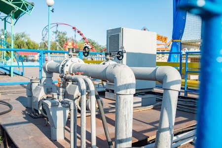 Canalización y estación de bombeo para agua a presión. Foto de archivo