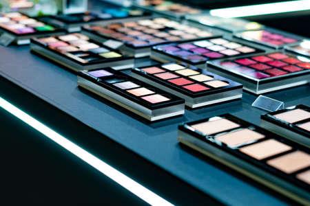 Kosmetisches Make-up-Set zum Verkauf in einem Einkaufszentrum