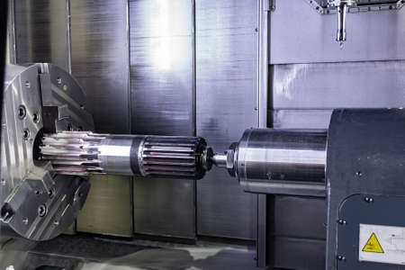 A splined shaft with teeth is installed in the milling machine at the machining center.