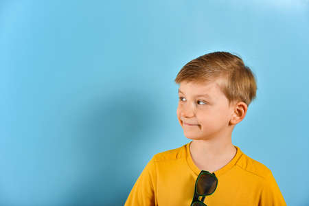 A boy with an expressive face looks sideways. Stockfoto