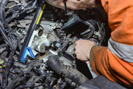 A car mechanic inspects a car's faults and makes repairs in a car repair shop. Standard-Bild