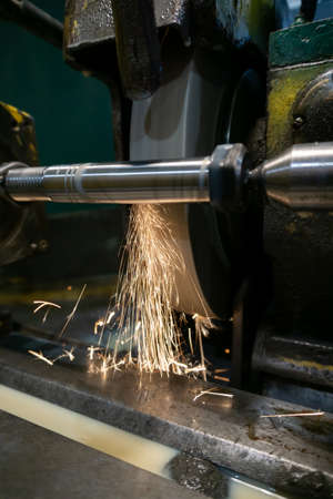 External grinding of a cylindrical shaft on a cylindrical grinding machine. Imagens