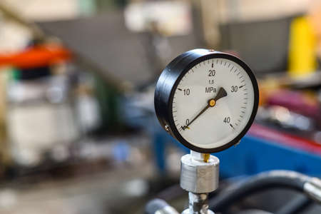 Pressure gauge on the control panel of the hydraulic station.