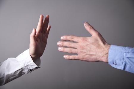 Main féminine refusant de serrer la main masculine. Banque d'images