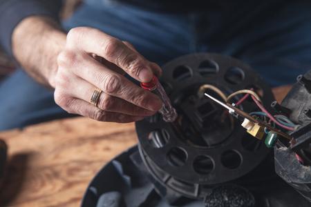 L'homme répare l'aspirateur. Réparer