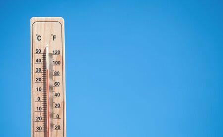 Thermomètre sur fond de ciel bleu. Banque d'images