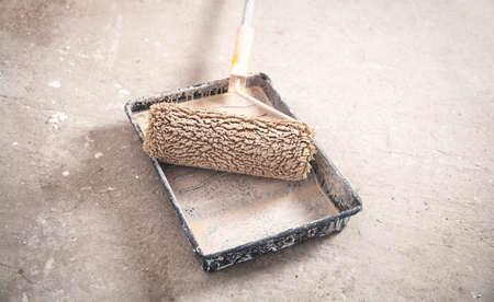 Paint tray with roller. Renovation Zdjęcie Seryjne