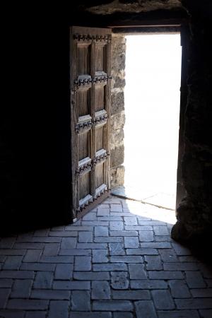 abriendo puerta: mirando a trav�s de la puerta despu�s de la muerte y la muerte Foto de archivo