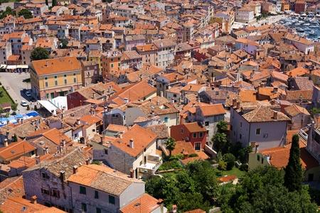 flue season: Vista de p�jaro de edificios en la ciudad de Rovinj antigua torre de la bas�lica.