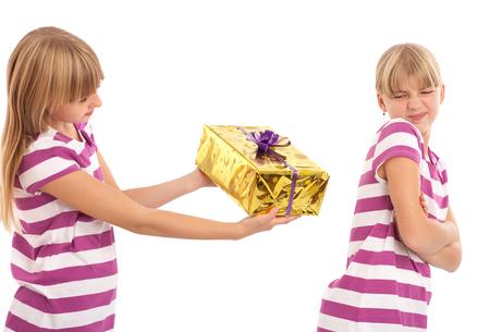 dar un regalo: Las mujeres j�venes tratando de dar un regalo a su hermana, que se rechaza. Estudio aislado disparo.