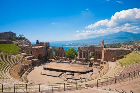 El teatro griego de Taormina con volcán Etna, en la parte de atrás, en Sicilia, Italia
