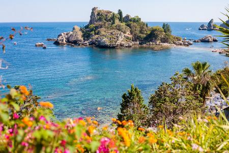 Veduta di Isola Bella con fiori a Taormina, Sicilia, Italia