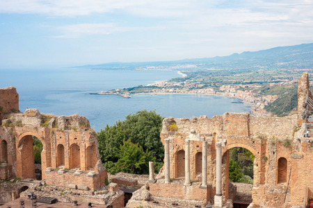 teatro antiguo: El antiguo anfiteatro romano-griego con la bah�a de Giardini Naxos en la parte posterior en Taormina, Sicilia, Italia