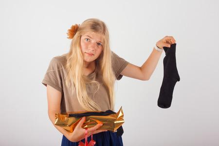mujer decepcionada: Chica desempaquetado su caja de regalo y no muy feliz lo que encontró en ella