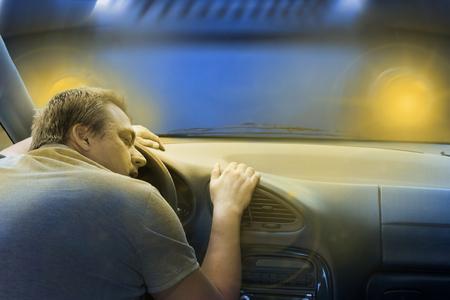 dormir: Conductor durmiendo en el coche justo antes de un choque frontal con un camión. Foto de archivo