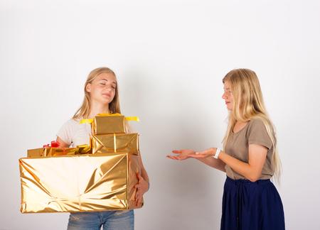 egoista: Yo no doy de mis regalos a usted - chica ego�sta no comparte sus cajas de regalo con su hermana Foto de archivo
